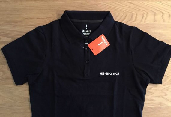 AB-BIÒTICS. Polo brodat marca Elevate.